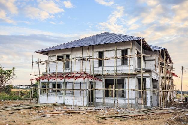 Bouw van woonhuis in het veld