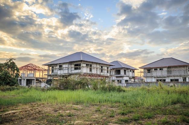 Bouw van woonhuizen in het veld