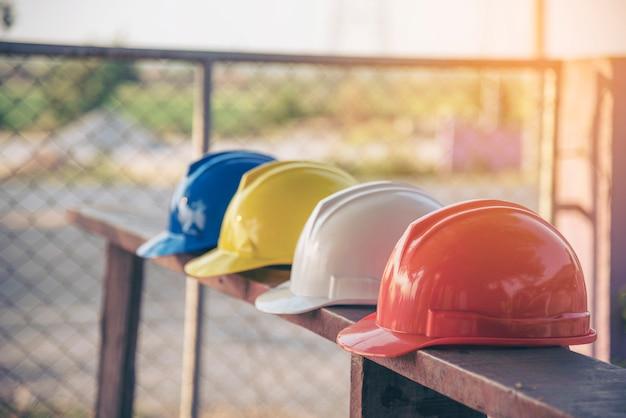 Bouw veiligheidshulpmiddelen voor werknemers in de bouwplaats voor civiel ingenieur
