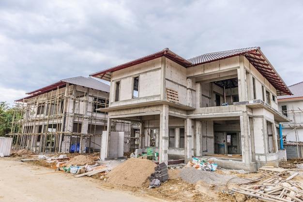 Bouw woon nieuw huis aan de gang op de bouwplaats