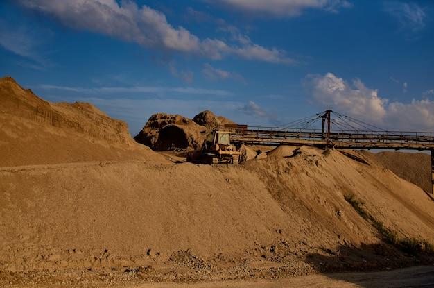 Bouw zand bergen graafmachine industrie geologie bulldozer