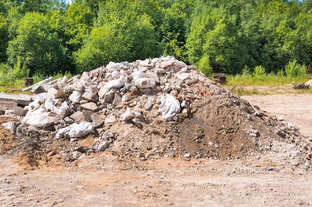 Bouwafval en betonpuin van de sloopweg