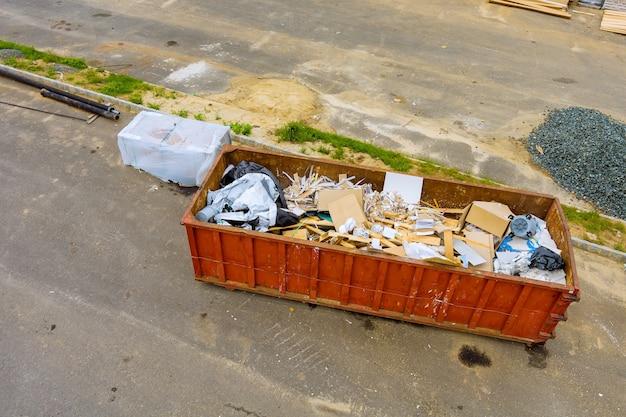 Bouwafvalcontainers in een metalen container, huisrenovatie.
