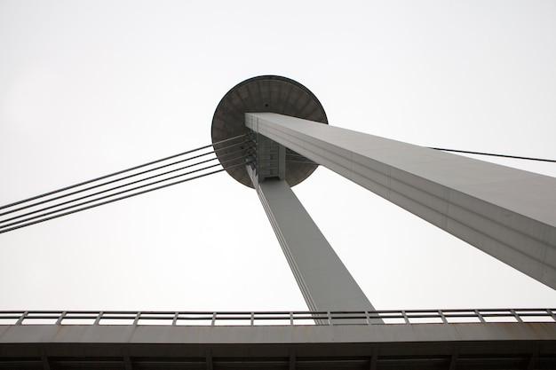 Bouwdetails. moderne gevel. brugdetail van ufo-brug over de rivier de donau in bratislava