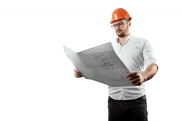 Bouwer, architect houdt in zijn hand bouwkundige tekeningen. conceptenarchitectuur, bouw, techniek, ontwerp, reparatie. ruimte kopiëren