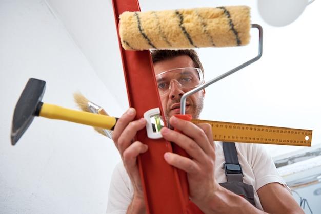Bouwer man met een constructie-instrumenten. reparatie concept
