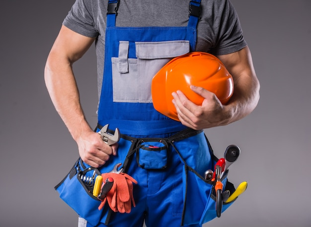 Bouwer met in hand hulpmiddelen om te bouwen