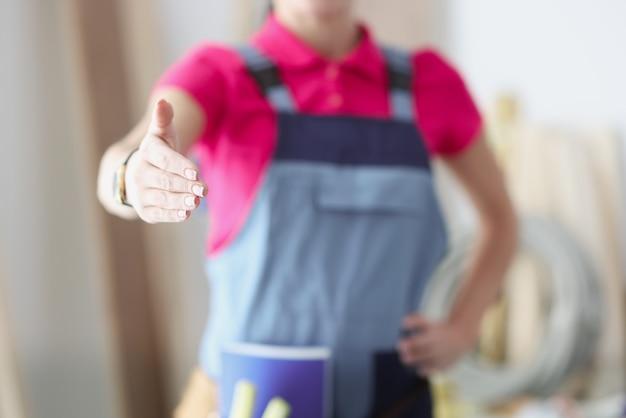 Bouwer strekt zijn handen uit voor handdruk