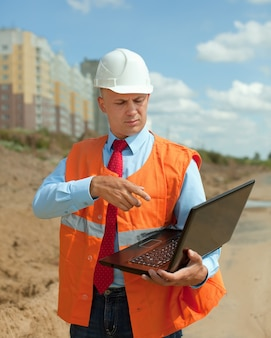 Bouwer werkt op bouwplaats