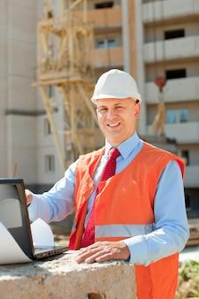 Bouwer werkt op de bouwplaats
