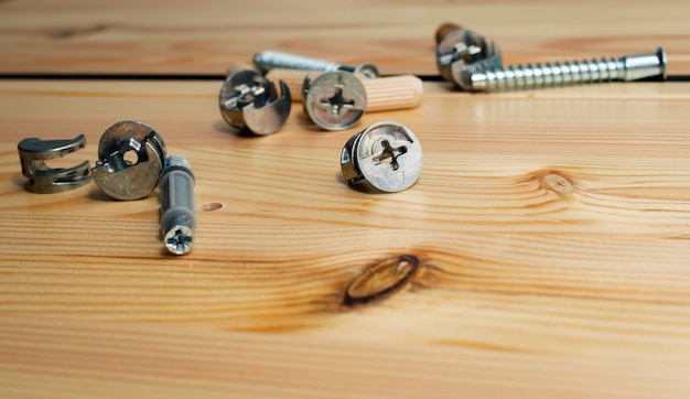 Bouwgereedschap. de schroeven, moeren en bouten op houten tafel