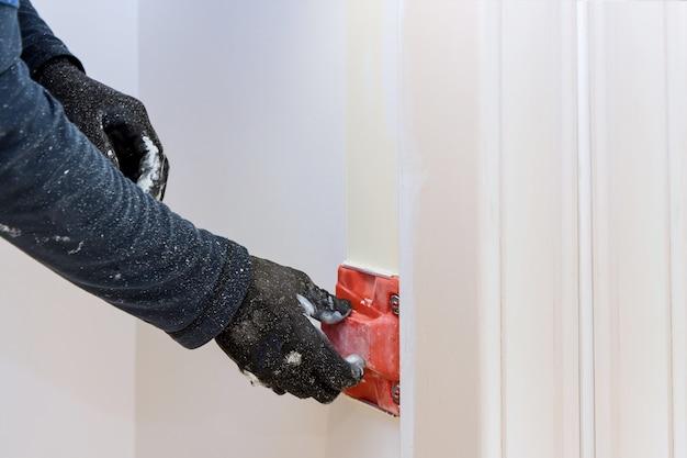 Bouwgereedschap voor werkende aannemersgebruiker in hoekverf trimline edger brush schilder handen