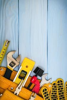 Bouwhulpmiddelen op blauwe planken