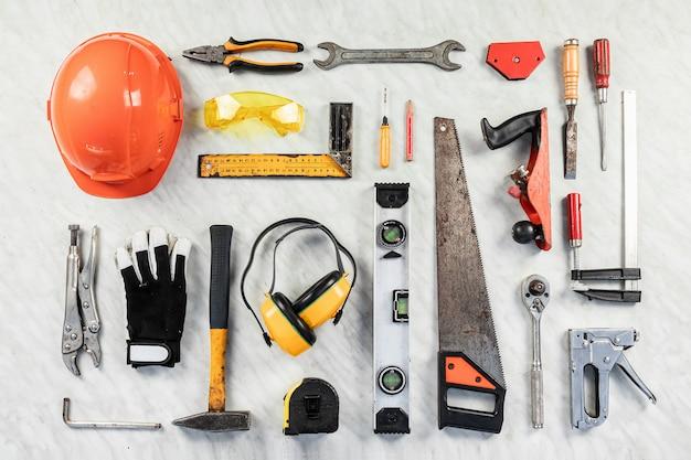 Bouwhulpmiddelen op een witte achtergrond. een verzameling bouwgereedschap. bouw, reparatie.