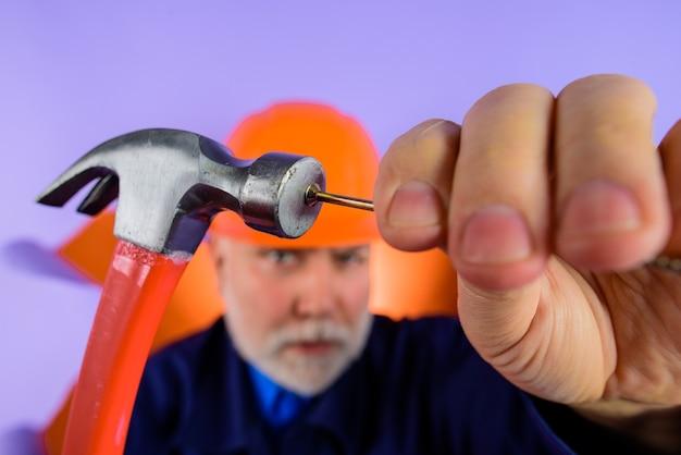 Bouwindustrie man in bouwhelm bouwer met reparatie tools ingenieurs werken aan reparatie