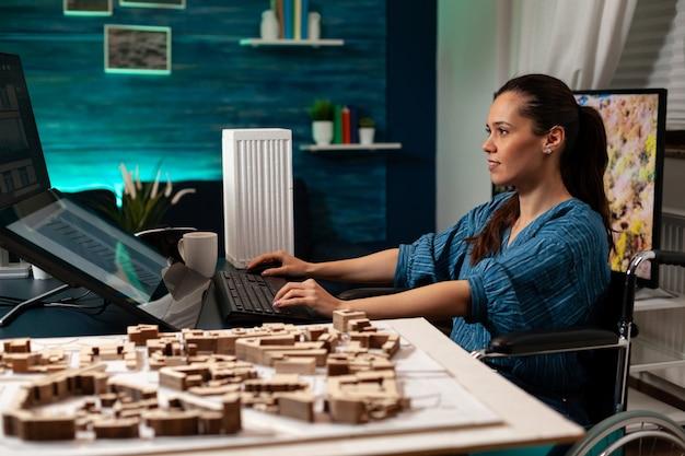 Bouwingenieur die aan maquetteplan op kantoor werkt