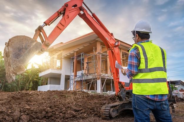 Bouwingenieur staat de leiding over het werk op de bouwplaats