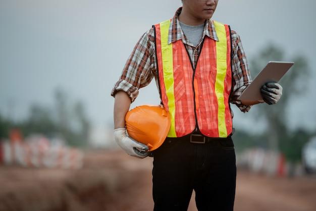 Bouwingenieur toezicht op het werk op de bouwplaats