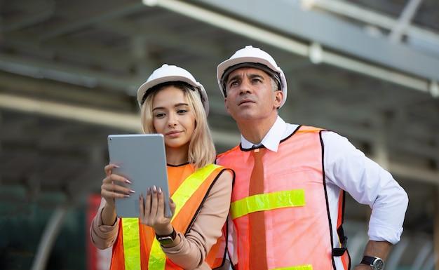 Bouwingenieurs werken en controleren nieuw project op een bouwplaats