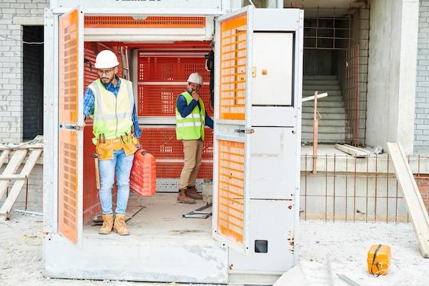 Bouwinspecteurs in industriële lift