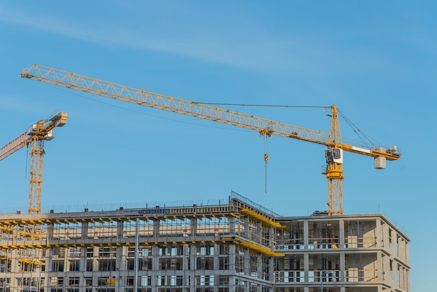 Bouwkraan dichtbij nieuw gebouwd huis. bouw en het ontwikkelen van concept