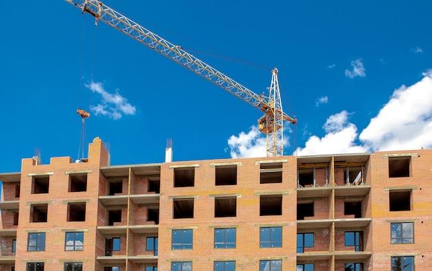 Bouwkraan over een gebouw in aanbouw. bouwplaats achtergrond