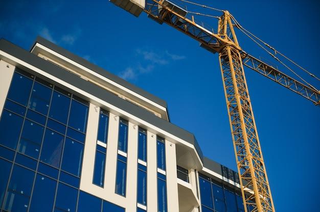 Bouwkranen staan bij het bouwen van huizen