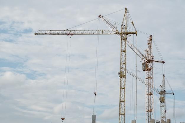 Bouwkranen tegen de hemel, nieuwe hoogbouw.