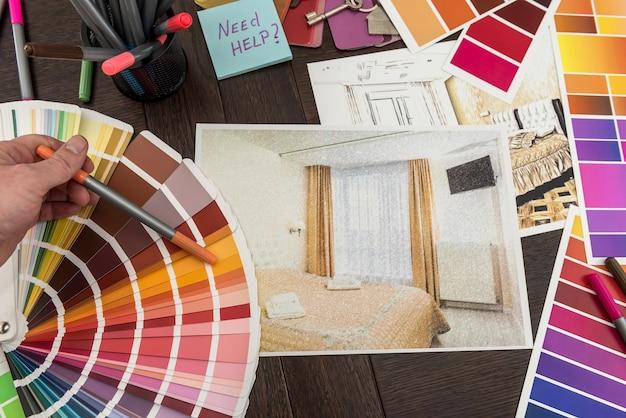 Bouwkundig en technisch huisvestingsconcept. palet van kleurenontwerpen voor interieurwerken op blauwdrukken, penseel, sticker