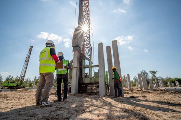 Bouwkundig ingenieur veiligheidscongres inspectie betonnen heiwerk op bouwplaats