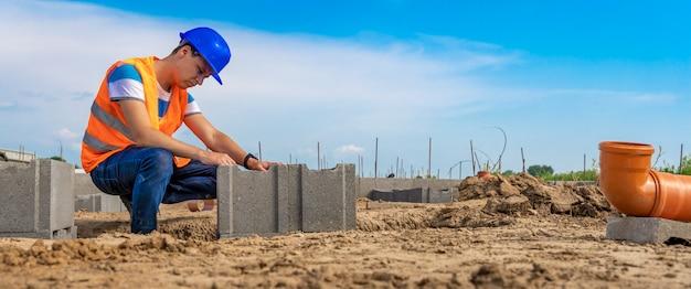 Bouwmanager over de constructie van de fundering van het gebouw, bunner met kopie ruimte