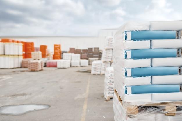 Bouwmarktassortiment, buitenruimte, niemand. keuze van bouwmaterialen en gereedschappen in de doe-het-zelfwinkel, rijen met producten