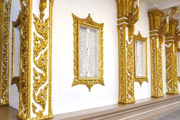 Bouwmuur met ramen versierd met oosterse gouden patronen