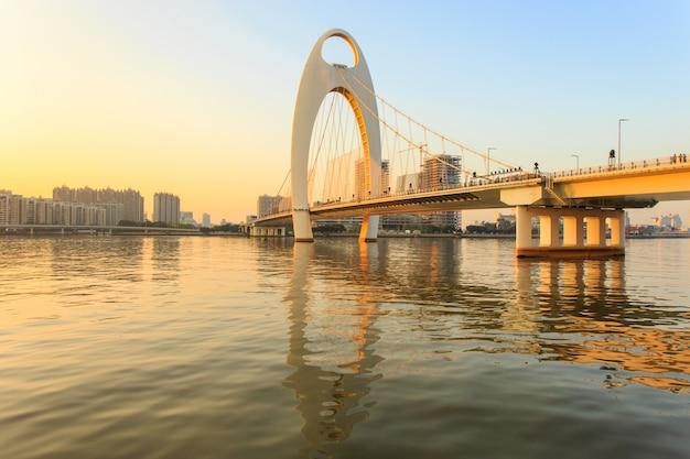Bouworiëntatiepunt, stedelijk landschap van guangzhou-stad in zonsondergangtijd, china