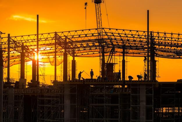 Bouwplaats bezig werken in het begin van het bouwen op de site