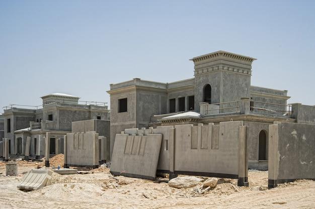 Bouwplaats in de buurt van abu dhabi, uae.future wooncomplex in woestijn.