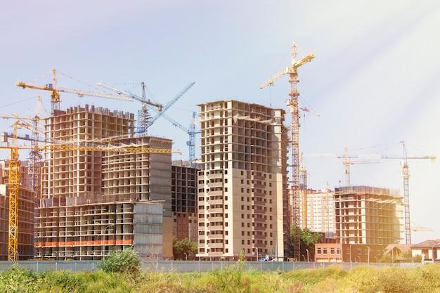 Bouwplaats met nieuwe hoge gebouwen