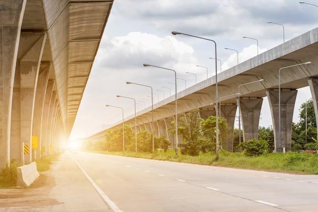 Bouwplaats van een lijn voor openbaar vervoer in volle gang met zware infrastructuur