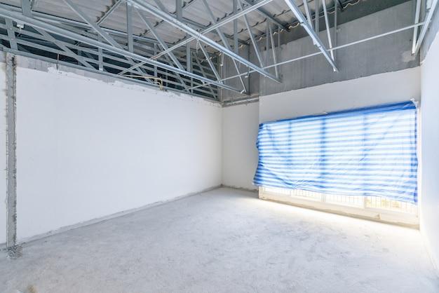 Bouwplaats van lege binnenruimte, onvoltooide gebouw na sloopproces.