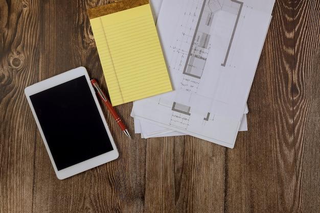 Bouwplaatsapparatuur op ingenieur een papier onder werkruimte keukenkast blauwdruk plan