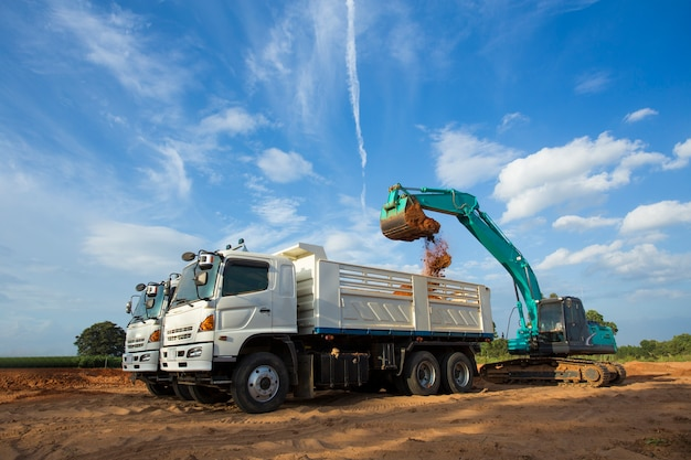 Bouwplaatsgraver, graafmachine en kiepwagen. industriële machines op de bouwplaats