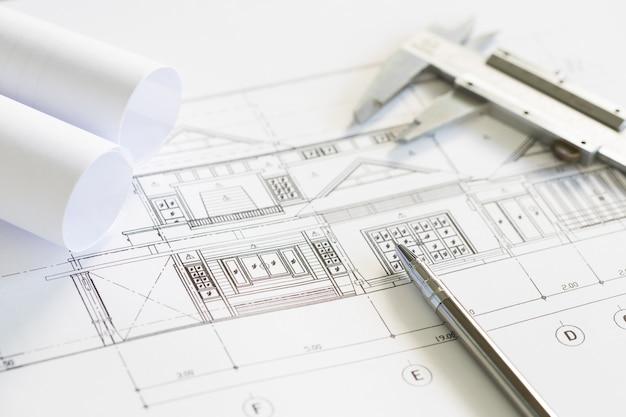 Bouwplannen en tekengereedschappen op blauwdrukken