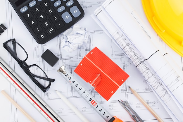 Bouwplanning met constructietekeningen en accessoires, bouwprojecten op papier