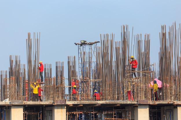 Bouwploegen die aan hoog grond zware industrie en veiligheidsconcept werken
