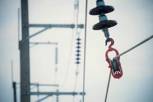 Bouwproces installeer aluminium elektrische draden met isolatoren