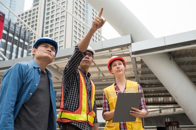 Bouwteam bekijkt bouwwerf
