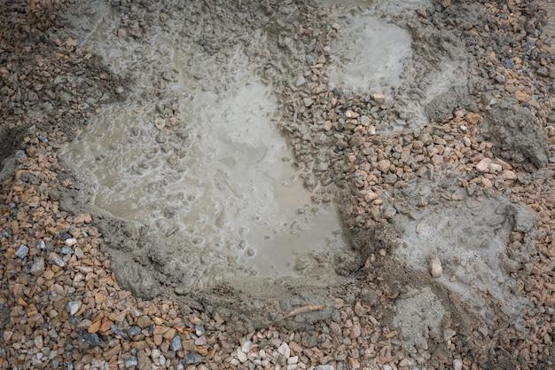 Bouwtechnici mengen cement, steen, zand voor de bouw.