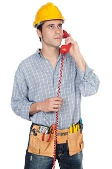 Bouwvakker die op de telefoon over witte achtergrond spreekt