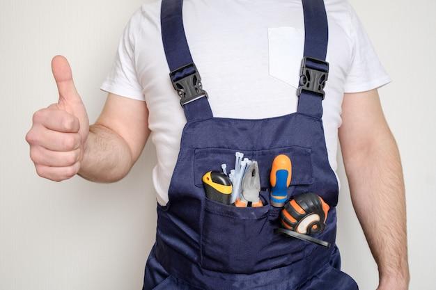 Bouwvakker met gereedschap in zijn zak