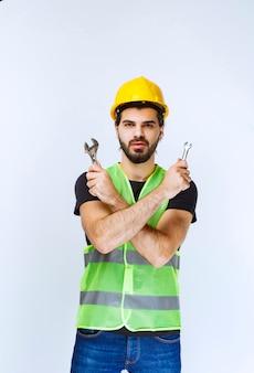 Bouwvakker met moersleutel en moersleutel voor mechanische reparatie.